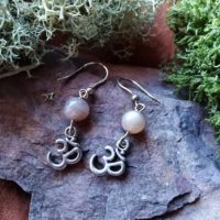 Boucles d'oreilles Om et pierres de Lune Orangée