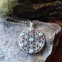 Pendentif fleur de Vie en Pierre de Lune Blanche Intuition et régénération